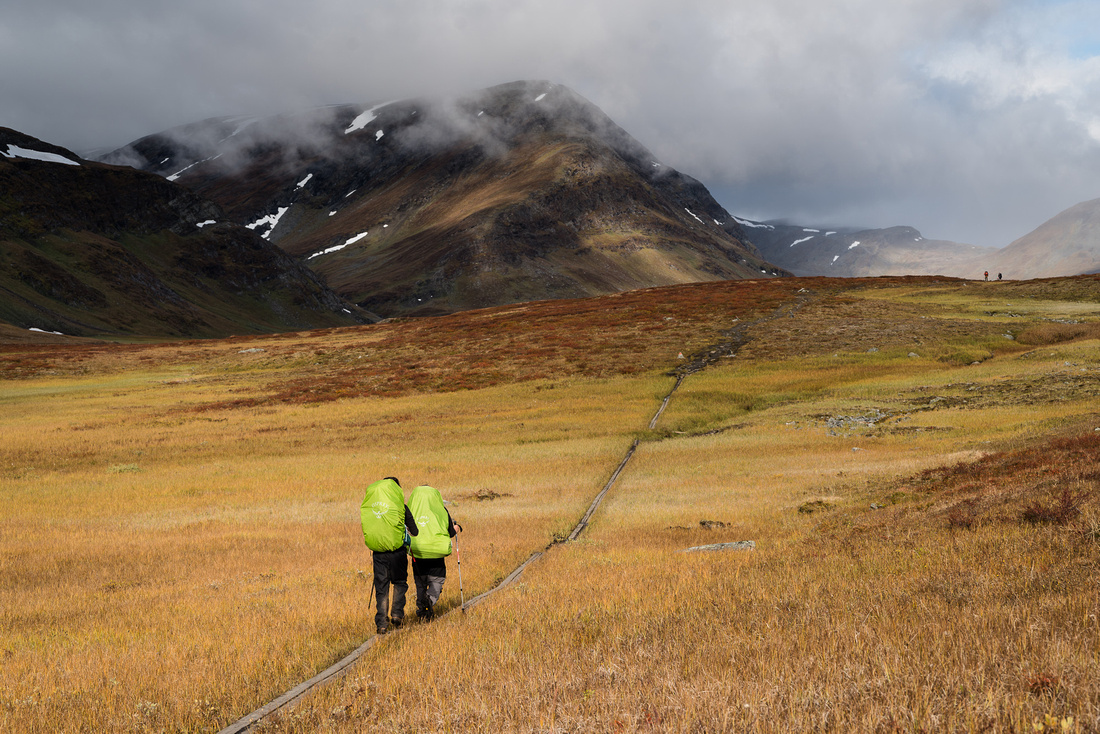 A pair of trekkers in the Tjäktjavagge Valley
