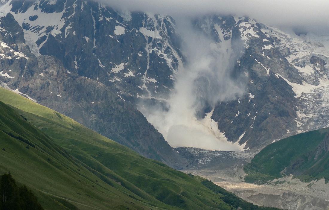 Avalanche off the Zaresho-Khalde Glacier